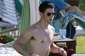 Jonas Brothers se muestran sin camisa y de vacaciones con sus novias - Fotos