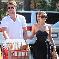Miley Cyrus y Liam Hemsworth se abastecen de comida para amigos