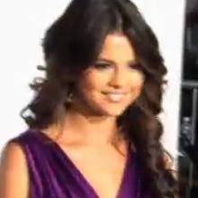 Selena Gomez deslumbró vistiendo de morado en la premier de Never Say Never
