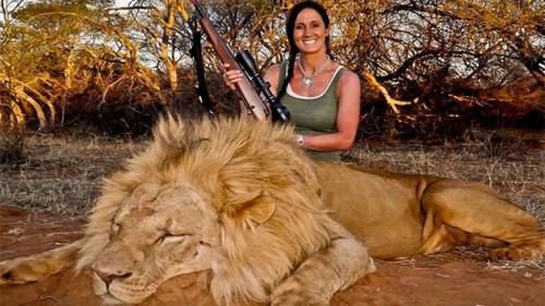 Presentadora de televisión causa polémica por foto con león muerto - VIDEO