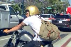 Harry Styles usó llamativo casco para pasear en moto en Los Ángeles