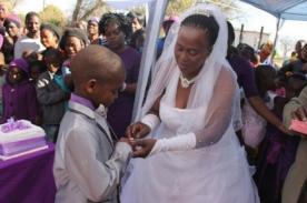 Insólito: Niño de 9 años se casa con una mujer de 62 años en Sudáfrica
