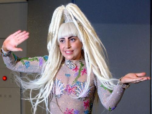 Lady Gaga causo revuelo en el aeropuerto de Japón
