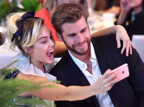 Miley Cyrus asiste a evento con Liam Hemsworth [FOTOS]