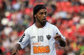 Video: Ronaldinho realiza un pase magistral con el taco en el Brasileirao