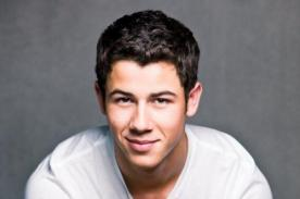 Nick Jonas confiesa que duerme totalmente desnudo - Video