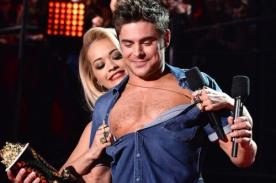 Video: Rita Ora desvistió a Zac Efron en los MTV Movie Awards 2014