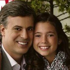 Diego Bertie posa junto a su hija Aissa para la portada de una revista