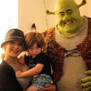 Christina Aguilera y su hijo conocen a Shrek en California
