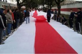 Video: River Plate estrenó la bandera más larga del mundo