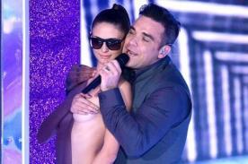 Robbie Williams se luce con bailarina semidesnuda en el escenario
