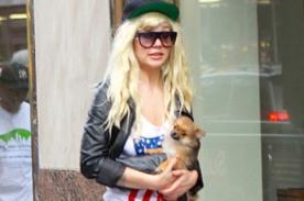 Amanda Bynes relajada y paseando junto a su mascota