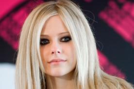 Avril Lavigne concentrada en su único 'bebé'