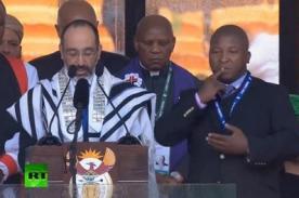 Denuncian a falso intérprete para sordos en ceremonia a Nelson Mandela - VIDEO