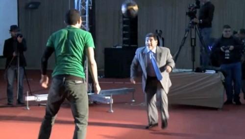 Maradona se reencontró con el balón en un evento de freestyle -VIDEO