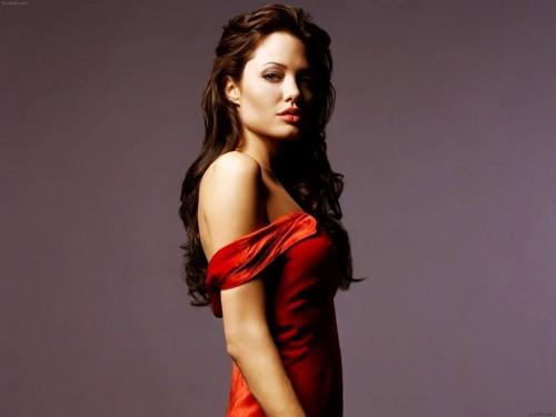 Reina Isabel II nombra 'dama de honor' a actriz  Angelina Jolie
