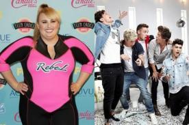 Rebel Wilson bromea comparando a One Direction con su trasero - Video