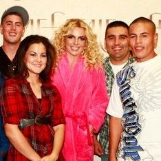 Britney Spears conoce a miembros de la Marina que bailaron Hold It Against Me