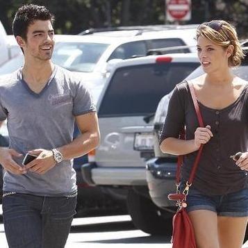 Joe Jonas quiere estar a solas con Ashley Greene en Año Nuevo