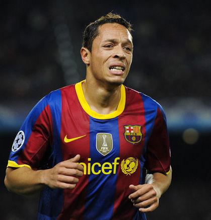 Barcelona: Adriano se lesiona y queda fuera para enfrentar al Madrid