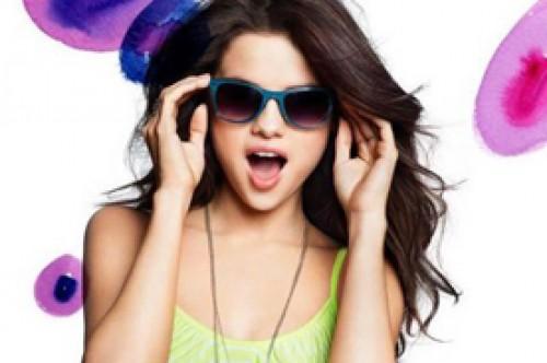 Selena Gomez juvenil y divertida posando con su ropa Dream Out Loud