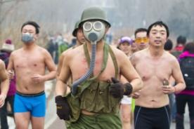 Chinos corren semi desnudos en Beijing