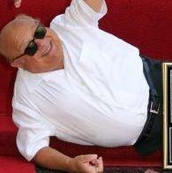 Danny DeVito recibe su estrella en el Paseo de la Fama en Hollywood