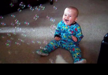 Estos bebés riendo al ver a sus perros perseguir burbujas te alegrarán el día (VIDEO)