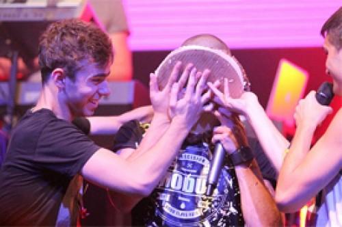 Max George de The Wanted recibió pastelazo en la cara por su cumpleaños