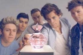 One Direction en divertida publicidad de su perfume Our Moment - Video