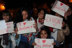 Fans de Zac Efron lo esperaron afuera de su hotel en Cusco por horas