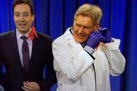 VIDEO: Harrison Ford cuasa furor al hacerle un piercing a Jimmy Fallon