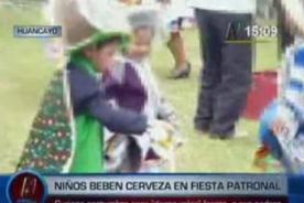 Insólito: Menores de edad beben cerveza con sus padres