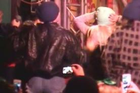Miley Cyrus se divirtió en karaoke con nalgadas (Video)