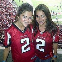 Selena Gomez, Justin Bieber y Usher juntos en partido de fútbol americano