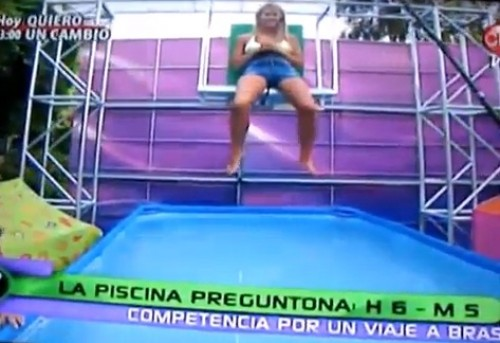 Video: Modelo quedó semidesnuda en TV chilena