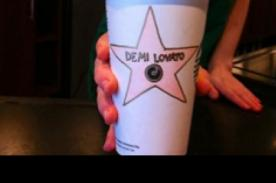 Starbucks rinde homenaje a Demi Lovato con su nombre en una taza de café