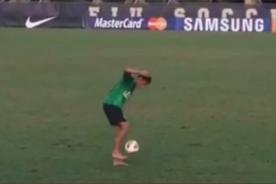 Video: Neymar hace piruetas descalzo con balón durante entrenamiento