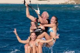Increíble: Hombre de 63 años surfea con tres mujeres en su tabla - VIDEO