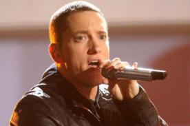 Eminem soprende con foto de su antes y después