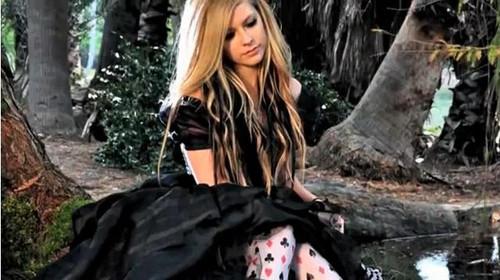 Avril Lavigne y ex esposo van juntos a la premiere de Alicia en el país de las maravillas