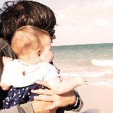 Fotos: Jaime Bayly lleva a su hija Zoe por primera vez a la playa