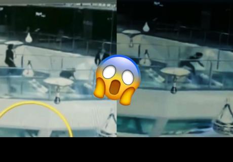 Distraída mujer tropieza, cae a un tanque lleno de tiburones pero tiene un inesperado final