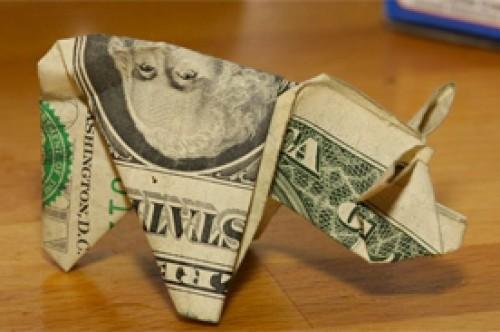 Hombre pagó infracción de tránsito con 137 cerditos de origami de $1