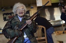 Insólito: Pizzería ofrece descuento a los clientes que posean un arma