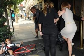 Nicole Kidman fue embestida y derribada por paparazzi en bicicleta (Foto)