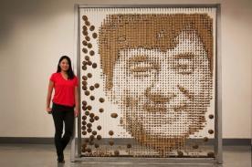 Artista asiática retrata a Jackie Chan con palillos chinos - VIDEO