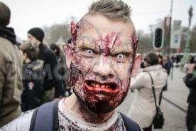 Chofer atropella a 'zombies' en Estados Unidos [VIDEO]