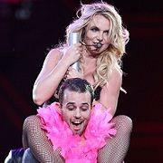 Britney Spears bailó sensualmente a fan durante concierto