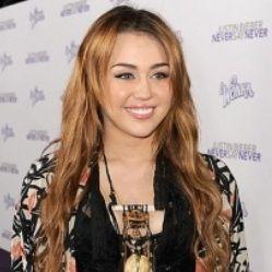 Miley Cyrus vistió recatada en el estreno de Never Say Never